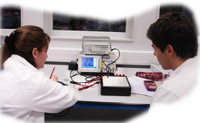 objectifs : assimiler les lois élémentaires de l'électricité : loi d'Ohm, loi des noeuds, loi des mailles ; utilisation d'un oscilloscope, mesure d'un déphasage ; mesure de courants et de tensions dans un circuit RL et dans un circuit RC ; étude des courants continus et alternatifs