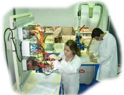 objectifs : comprendre le fonctionnement d?un moteur asynchrone ; identifier les appareils de commande et de puissance pour le démarrage direct d?un moteur asynchrone ; savoir câbler le stator (étoile / triangle) des moteurs asynchrones ; établir les mesures nécessaires pour : calculer des rendements ; établir des bilans de puissances.